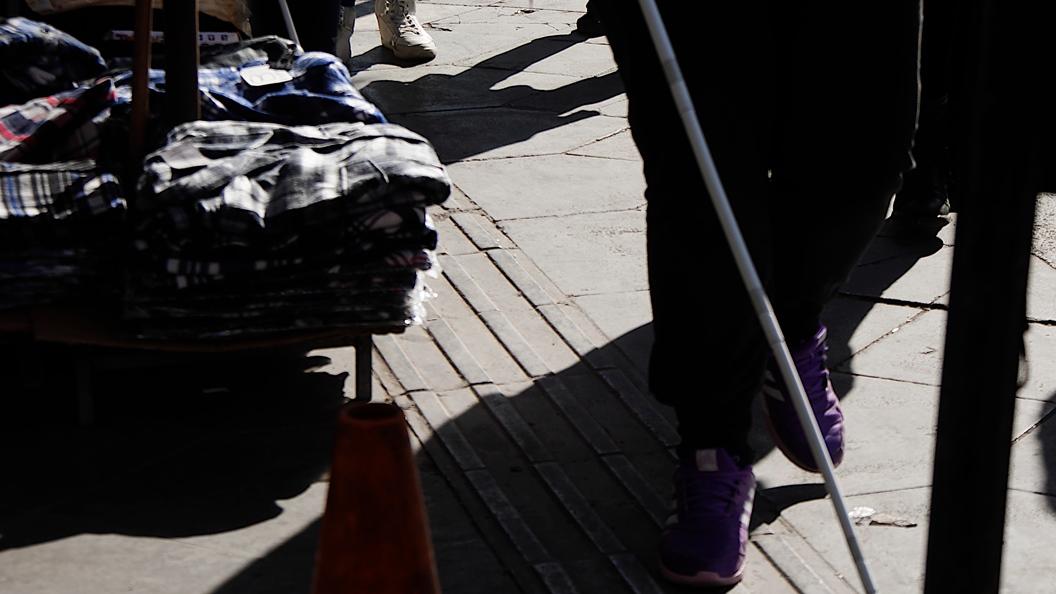 Πάγκοι με ρούχα δίπλα στους οδηγούς όδευσης