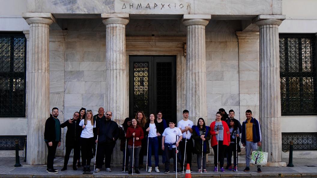 Όλη η ομάδα του ΚΕΑΤ έξω από το Δημαρχείο της Αθήνας